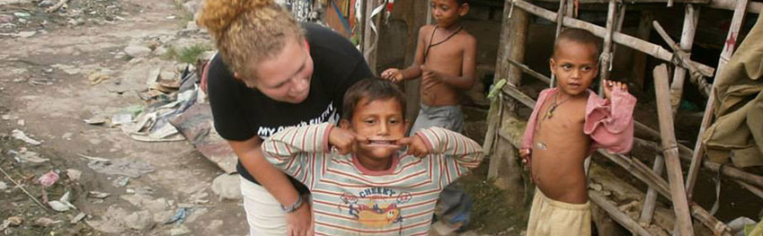 Volunteer with street children of Palampur